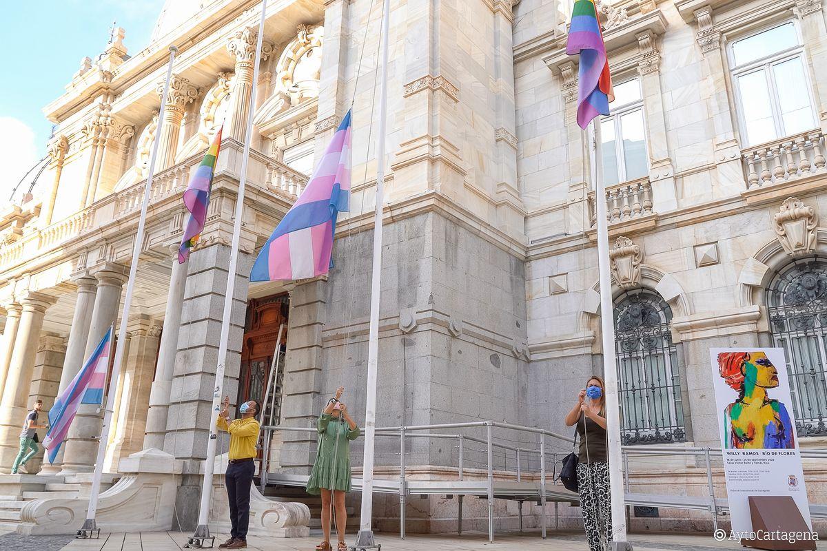 Izado de las banderas LGTBI para celebrar el Día del Orgullo