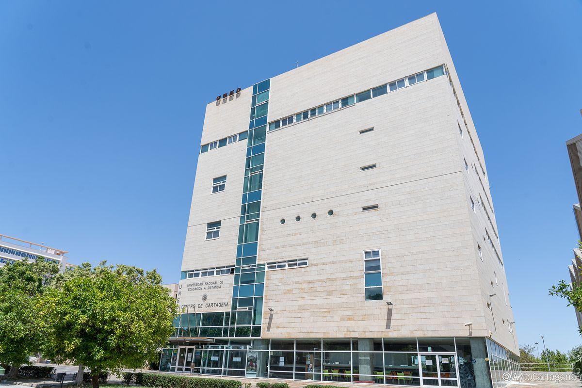 Fachada del edificio de la UNED