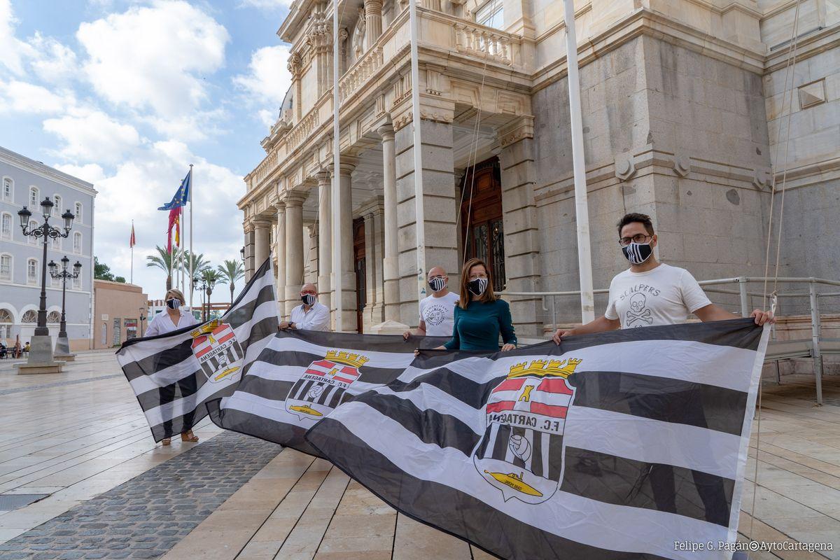 Los mástiles del Palacio Consistorial ya lucen la bandera albinegra en apoyo al FC Cartagena