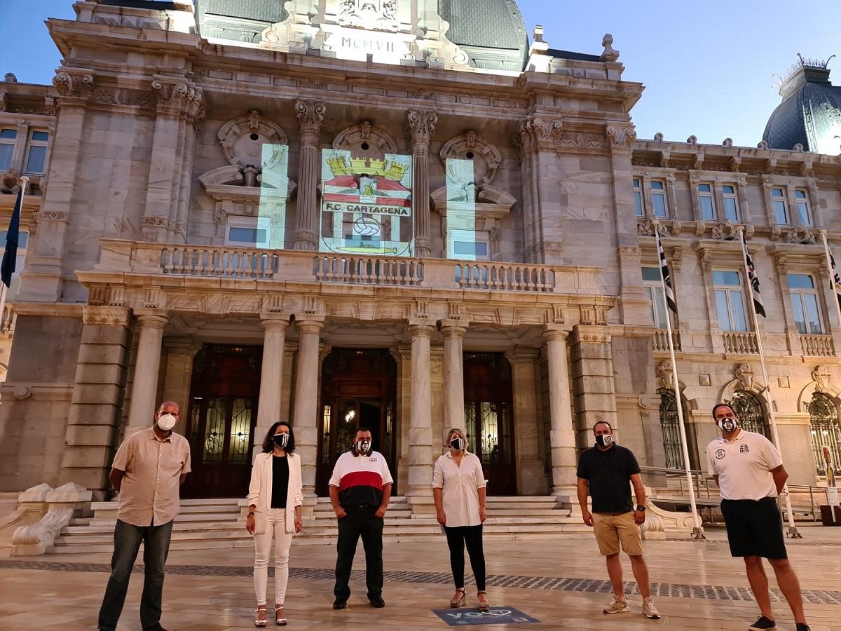 Proyección del escudo del FC Cartagena en la fachada del Palacio Consitorial