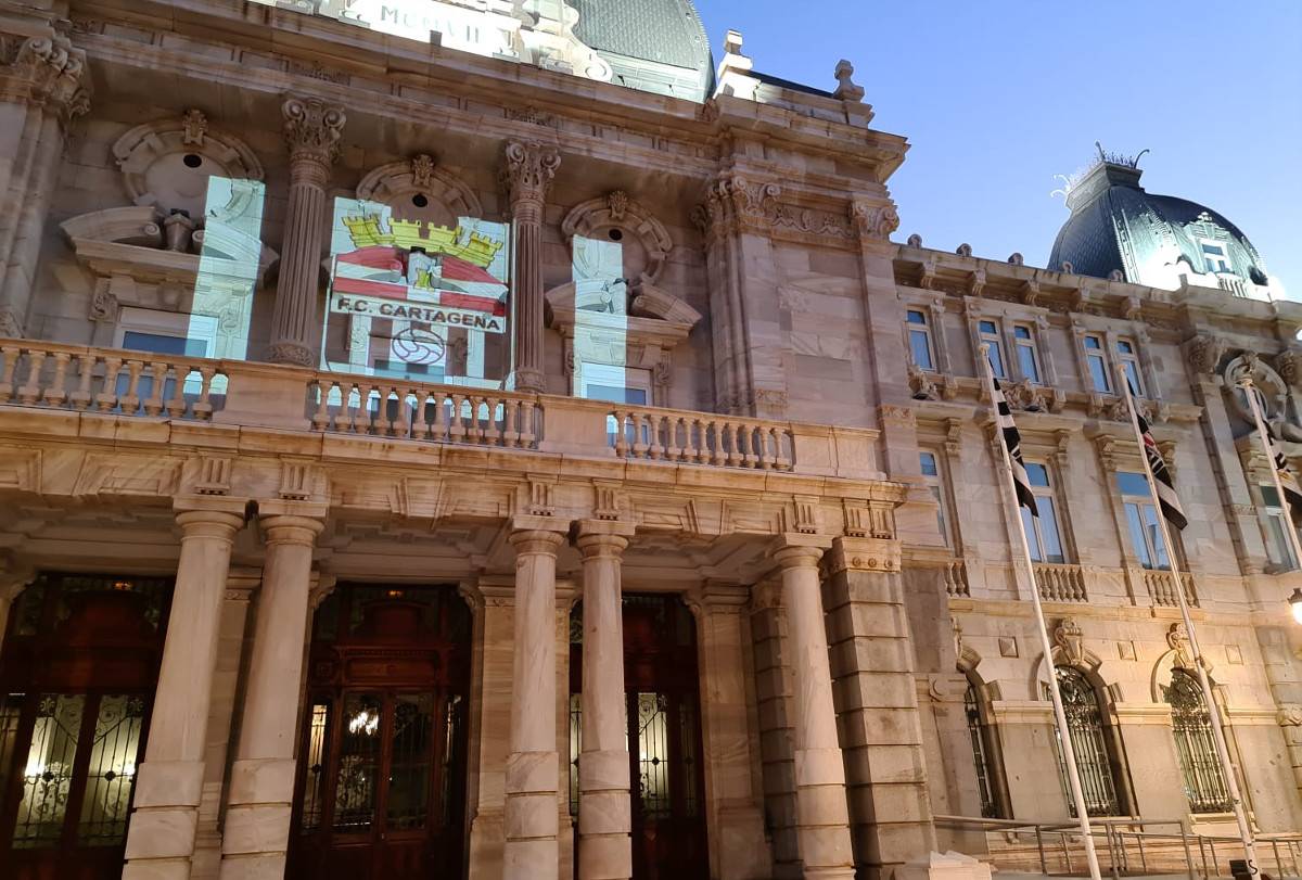 Proyección del escudo del FC Cartagena sobre la fachada del Palacio Consistorial