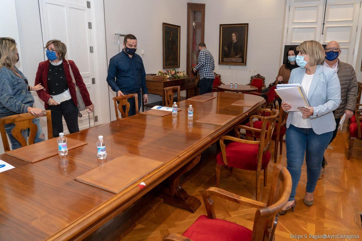 Reunión del Gobierno municipal con los hosteleros para analizar las ayudas municipales al sector por el cierre del coronavirus