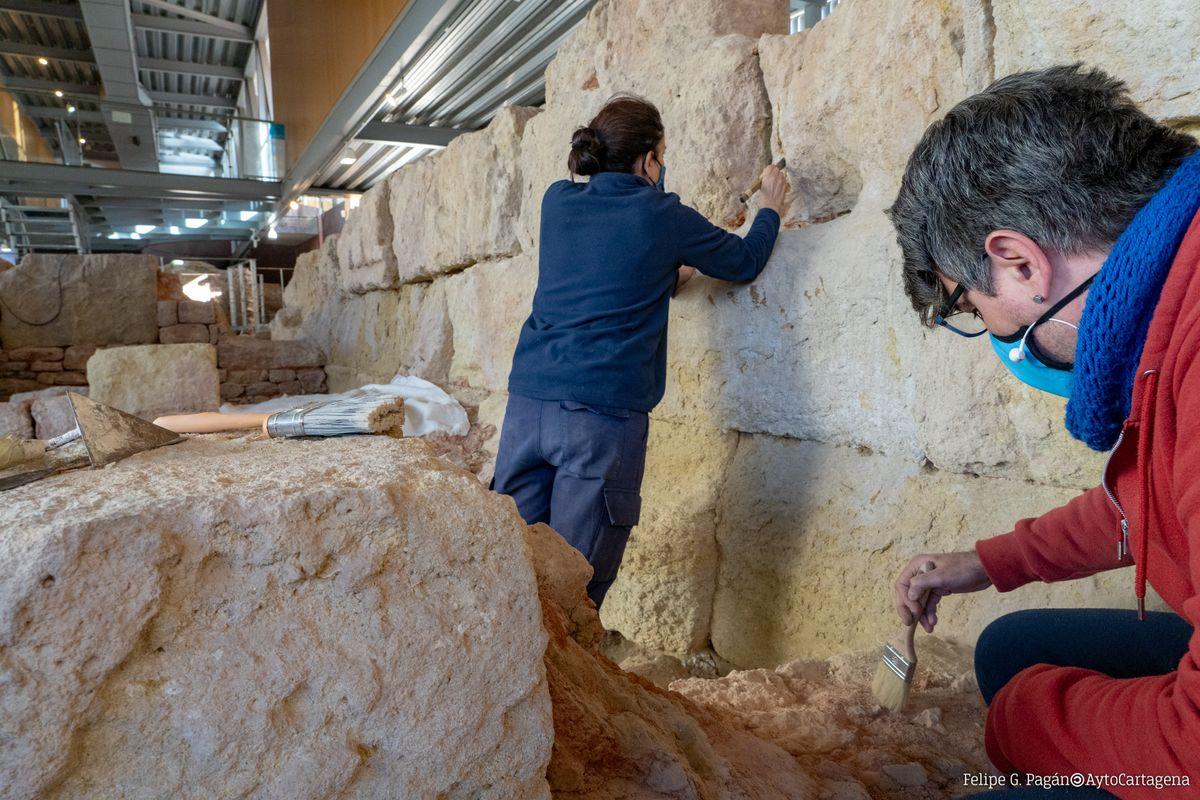 Tratamiento con aguacal para consolidar muros de la Muralla Púnica