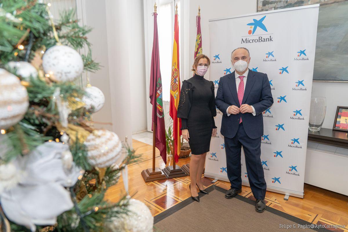 Ana Belén Castejón y Juan Ignacio Zafra junto a los asistentes a la reunión.