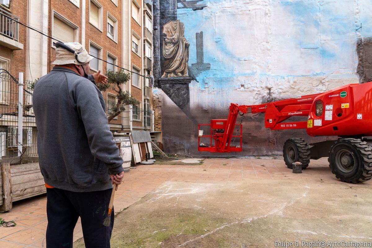 Kráser pintando el mural que hará un guiño a la cultura romana en la cuesta de la baronesa