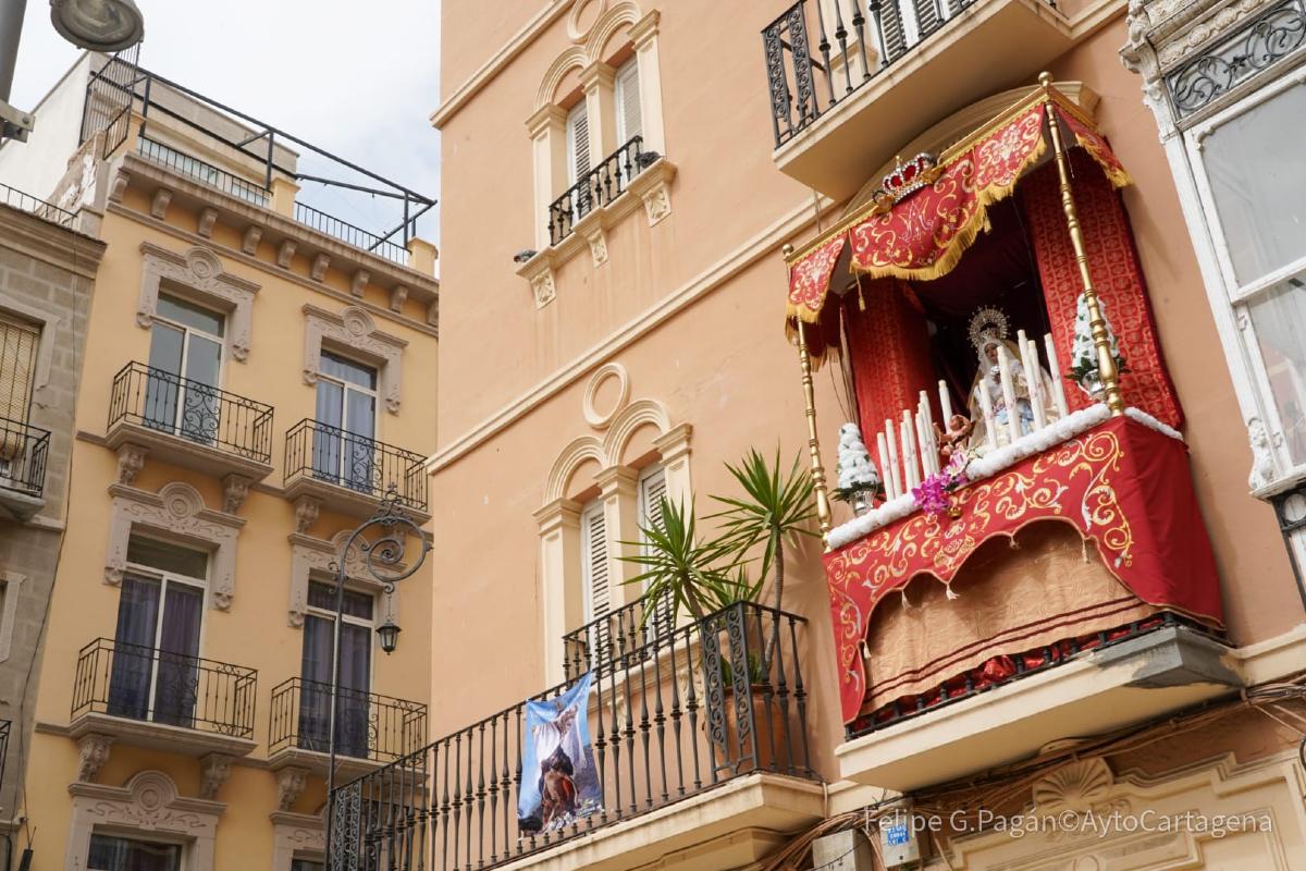 Balcón engalanado para la Semana Santa de Cartagena