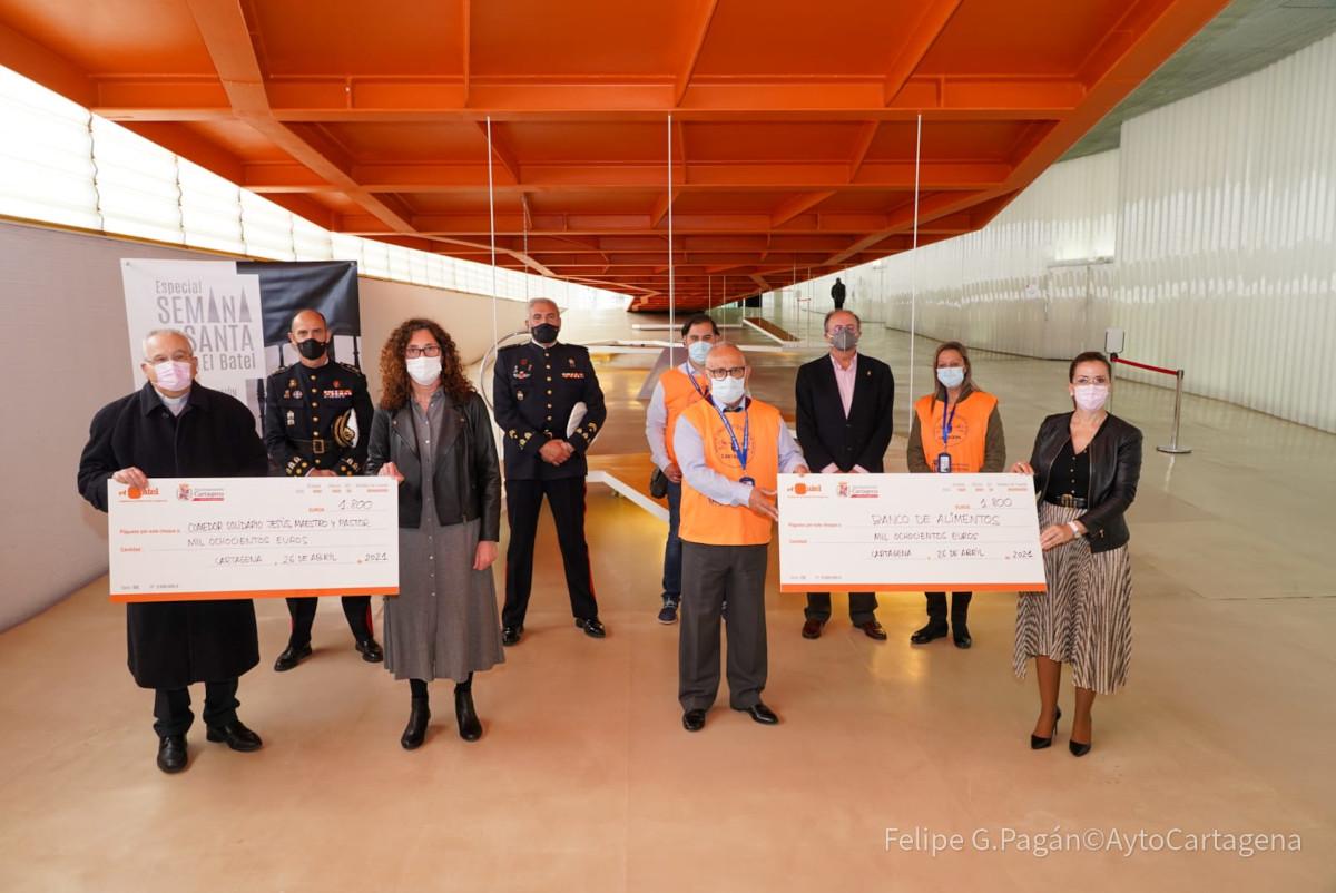 Entrega de cheques benéficos a Cáritas y Bando de Alimentos