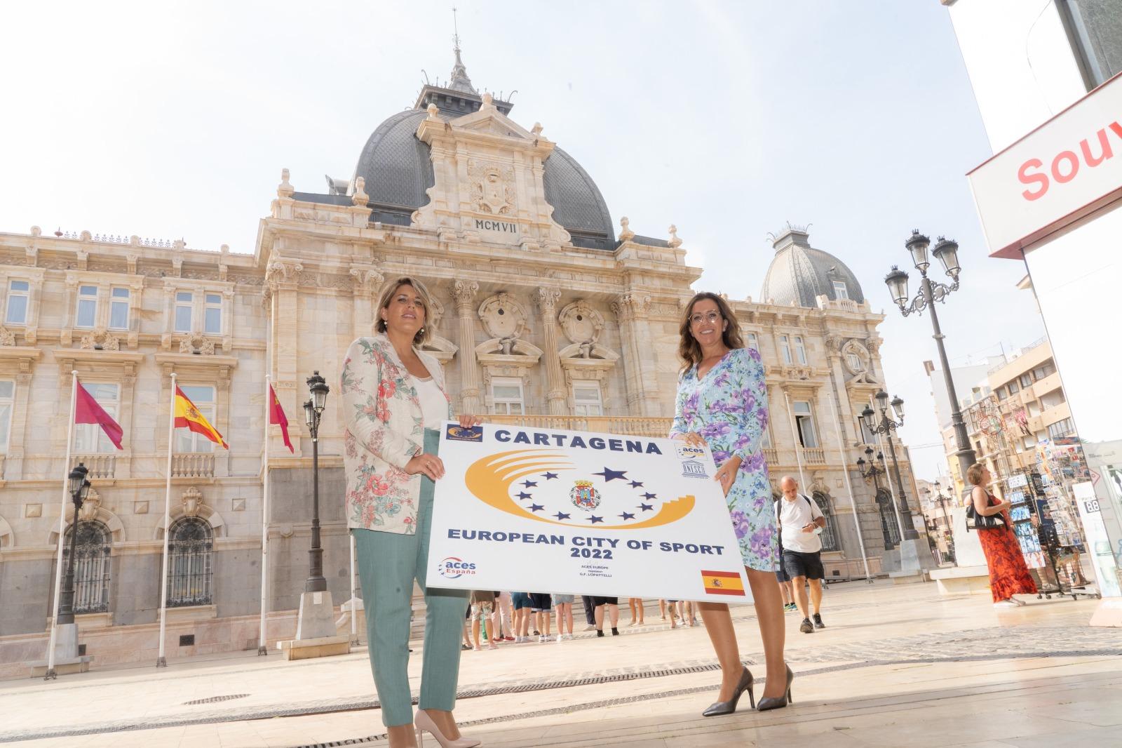 La alcaldesa Noelia Arroyo y la vicealcaldesa Ana Belén Castejón, con el cartel.