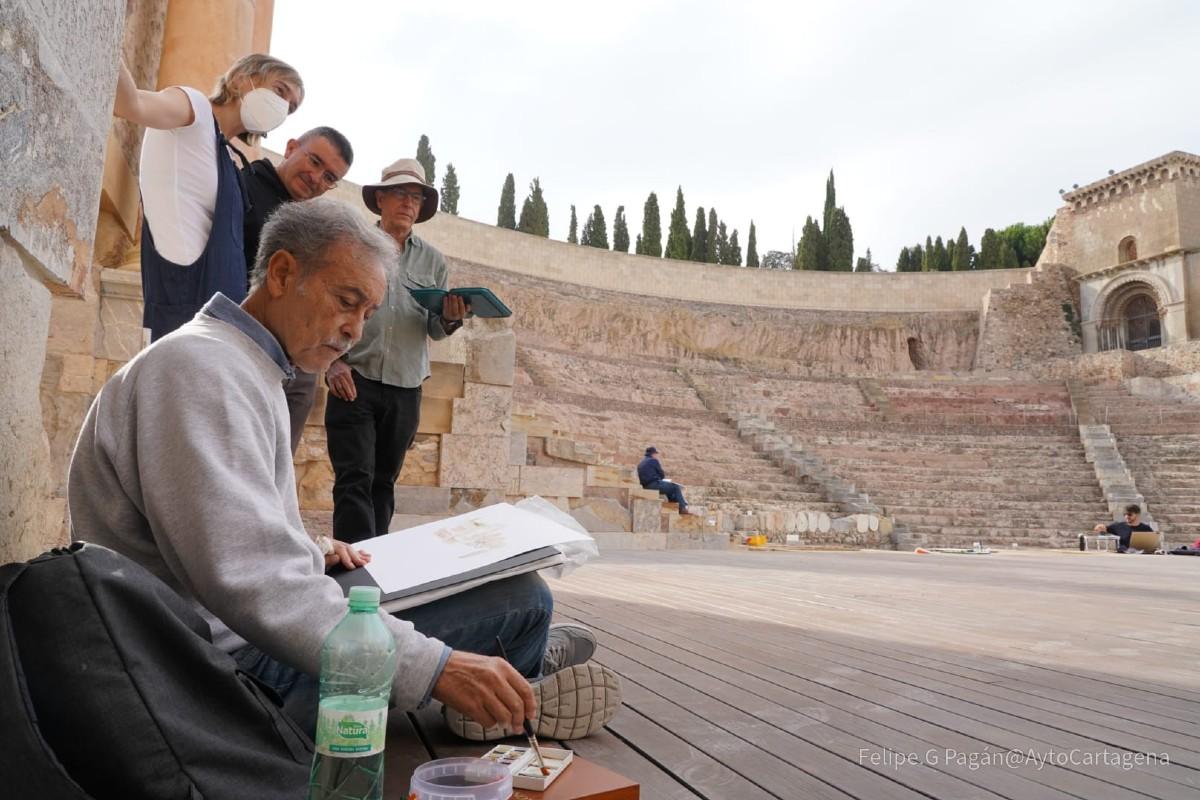 Pedro Cano impartiendo taller de acuarela en el Teatro Romano de Cartagena