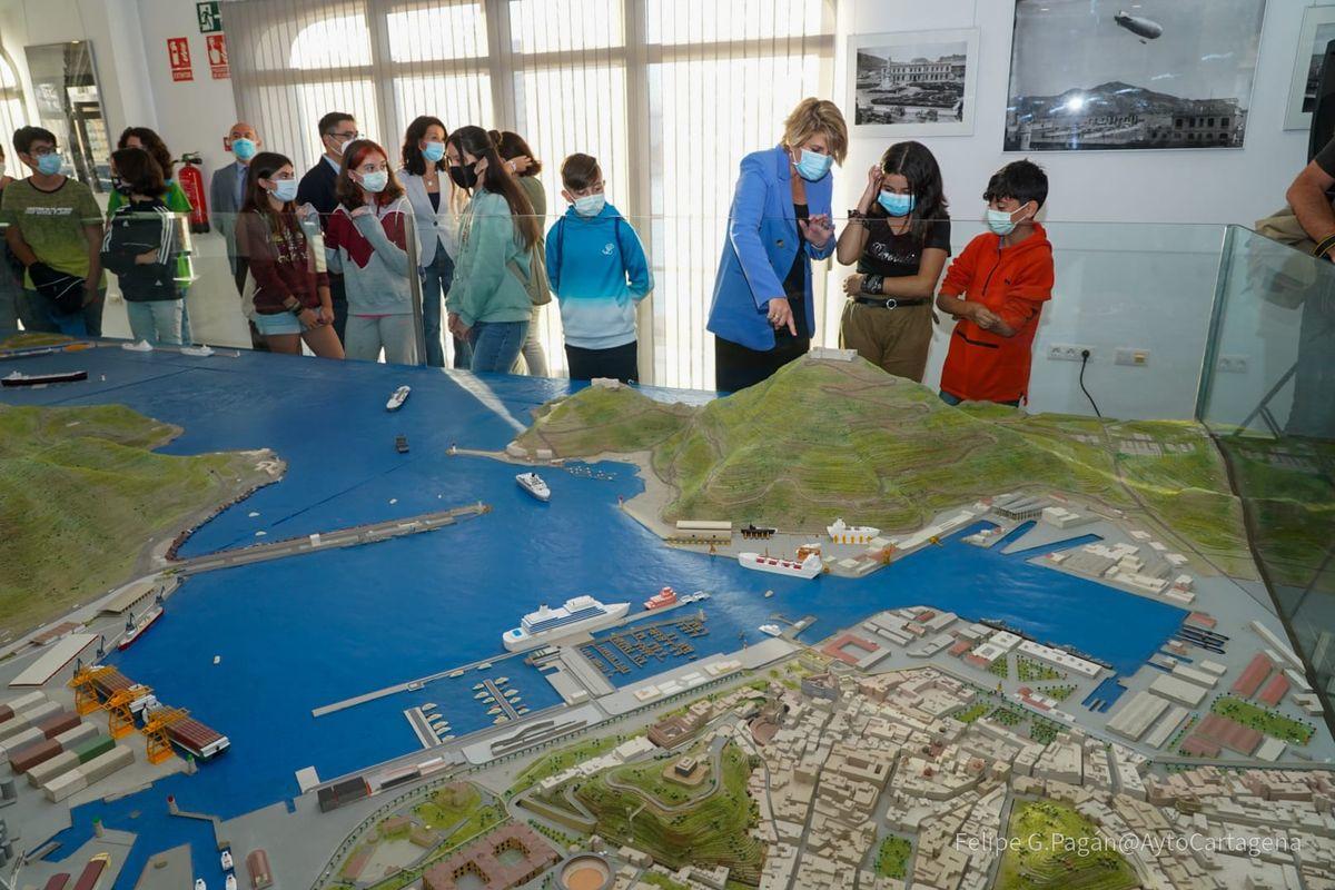 Presentación del programa educativo La Vida en el Puerto
