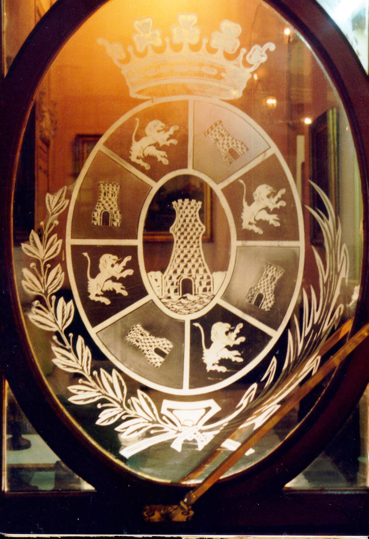 Escudo sobre campo ovalado y corona marquesal