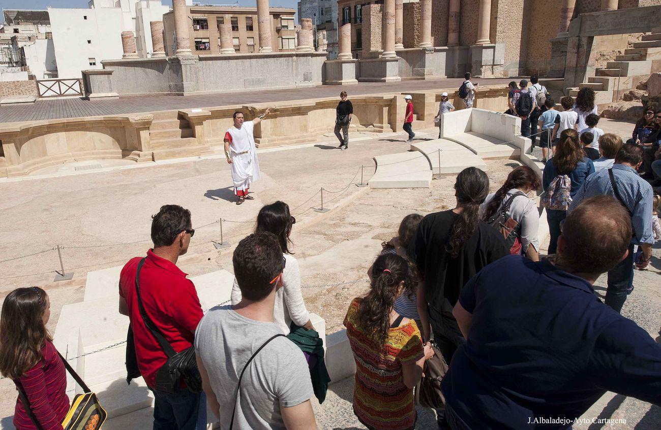 Visita teatralizada de Augusto en el Teatro Romano