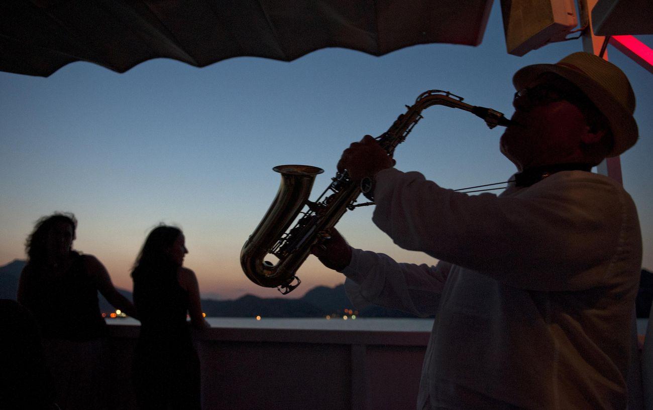 Paseo nocturno en el barco turístico