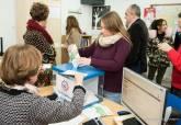 Visita de la alcaldesa y el concejal de Descentralización al punto de votación de los Presupuestos Participativos en Los Mateos