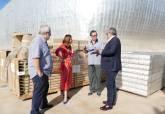 La alcaldesa y el concejal de Servicios Públicos comprueban el parqué que se va a instalar en el Palacio de Deportes