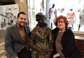 Rosa Villacastín con estatua Carmen Conde