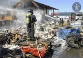 Extinción del incendio en una chatarrería del polígono industrial Cabezo Beaza