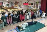 Alumnos de un centro educativo participando en una práctica sobre el uso de los desfibriladores