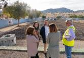 Visita de la concejala de Educación a las obras de la pista polideportiva del Colegio Nuestra Señora del Mar en Santa Lucía