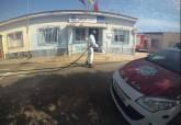 Los bomberos de guardia desinfectan los cuarteles de la Policía Local