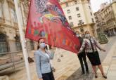 Izado de las banderas de Carnaval a las puertas del Palacio Consistorial
