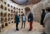La alcaldesa visita el hallazgo de un escudo y un compás en la Muralla Púnica