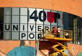 Vinilo conmemorativo del 40 aniversario de la UP en la fachada del Centro Cultural Ramón Alonso Luzzy
