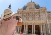 Turistas fotografiando el Palacio Consistorial.