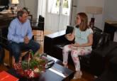 Ana Belén Castejón en una entrevista con el presidente de UCOMUR - Ampliar imagen