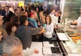 Visita de Ana Belén Castejón a la degustación de platos preparados por alumnos de Hostelería en Mercado Santa Florentina - Ampliar imagen