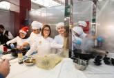 Visita de Ana Belén Castejón a la degustación de platos preparados por alumnos de Hostelería en Mercado Santa Florentina - Se amplía imagen